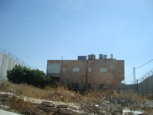 casa incunjurata de zidul rusinii in Betleem