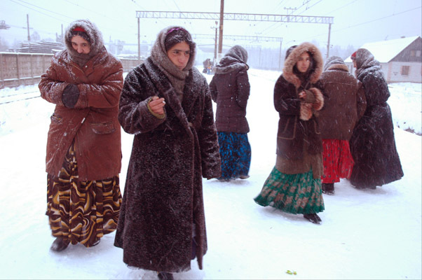 26/11/05 St.Petersburg region, st.Peri the gipsies on platform.