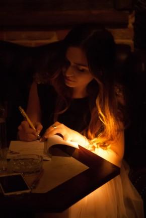 Alina da autografe